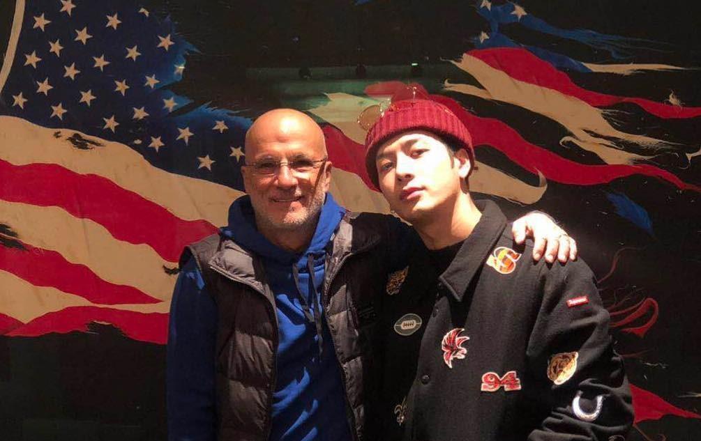 Джексон из GOT7 намекнул на сотрудничество с американским продюсером Джимми Айовином