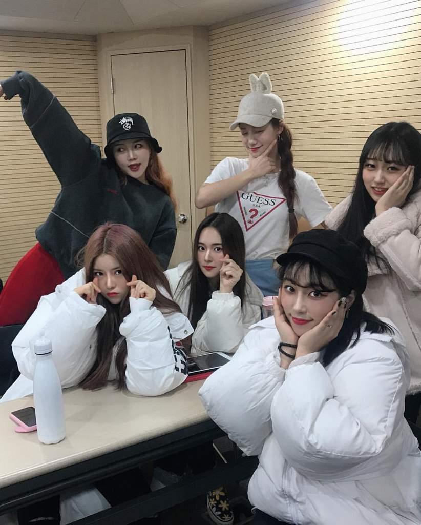 Девичья к-поп группа под названием ILUV, дебютировавшая 30 апреля, привлекла к себе много внимания.